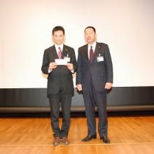 日整表彰を代表で受ける塩川知志会員