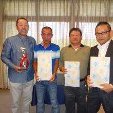 団体の部で優勝した本県会員の皆さんと会長 左から松岡会長・古賀会員・大久保会員・塩川会員