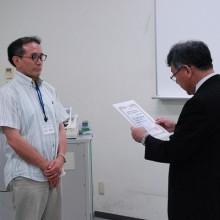 代表して終了証授与を受ける高島会員