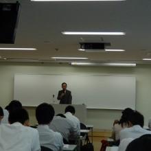 講義を行う桃田先生