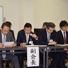 収支決算報告する小川副会長