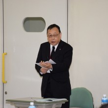 司会進行する研修試験財団の上田事務局長
