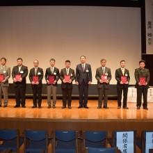 松岡学会長と表彰を受けた発表者達