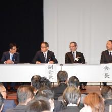 本会役員(右から)松岡保会長・村田栄治副会長・塩川哲也副会長・小川平八郎副会長