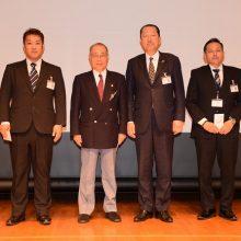 生涯学習高単位取得者日整表彰(左から)松隈会員・西島会員(右から)磯辺会員
