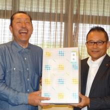 個人の部で優勝した塩川会員(右)と松岡会長