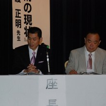座長を務める吉村学術部長(左)