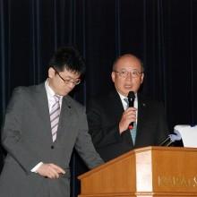 日整国際部活動報告をする本間先生(右)と根來先生(左)