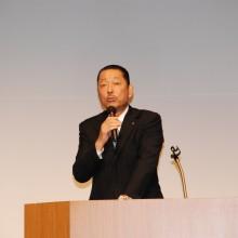 挨拶する松岡会長