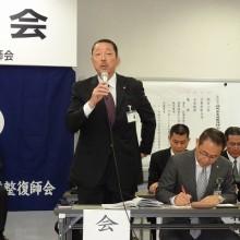新役員を代表して挨拶する松岡会長