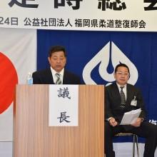 議事進行する石坂議長(左)と髙石副議長(右)