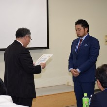 代表して終了証を授与される塩川雅也先生(筑豊支部)