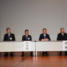 本会役員(右から)松岡保会長・塩川哲也副会長・小川平八郎副会長・村田栄治副会長