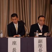 髙石会員を紹介する吉村学術部長(左)
