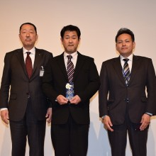 高単位取得者日整表彰を受けた北冨会員(中)磯辺会員(右)松岡会長と一緒に