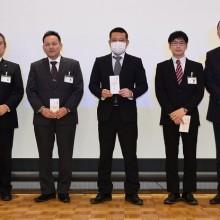 高単位取得者表彰を受けた会員と松岡会長